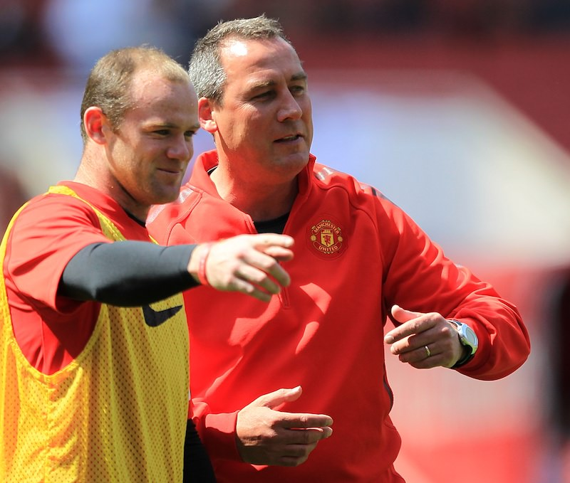 Wayne_Rooney_and_Rene_Meulensteen_talk_during_a_Manchester_United_training_session_football4football