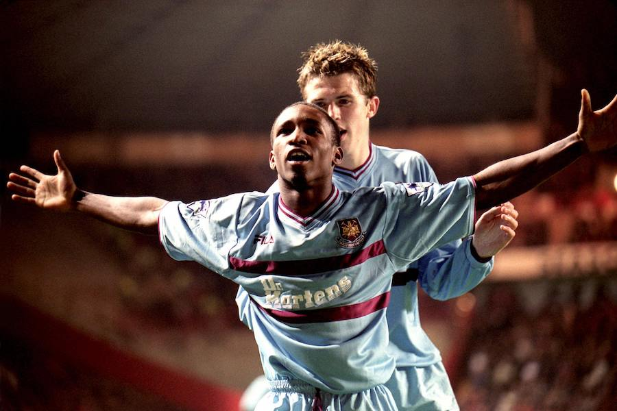 Jermaine-Defoe-scores-at-old-trafford-for-west-ham-football4football