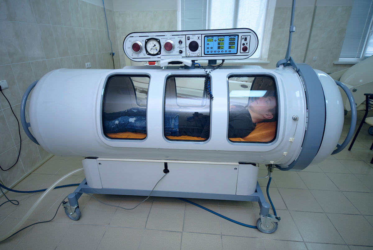 Footballer_lies_in_a_hyperbaric_chamber_to_recover_from_injury_football4football