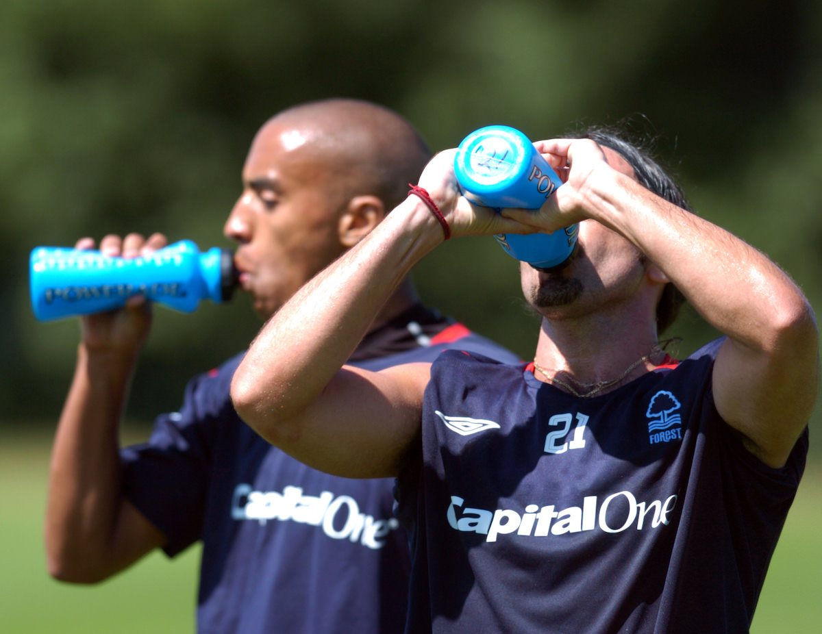 players_take_a-drinks_break_during_training_football4football_nutrition