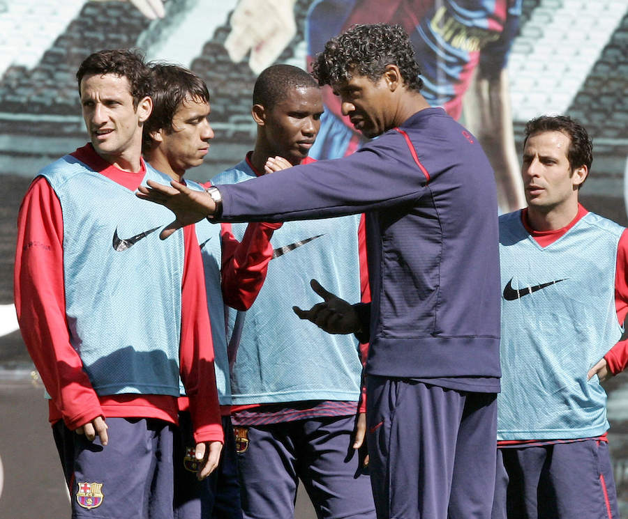 frank-rijkaard-gives-instructions-to-his-players-at-barcelona-training-football4football