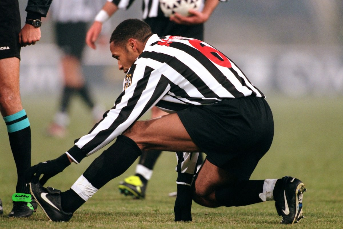 Thierry_Henry_stretches_his_calf_after_getting_cramp_football4football